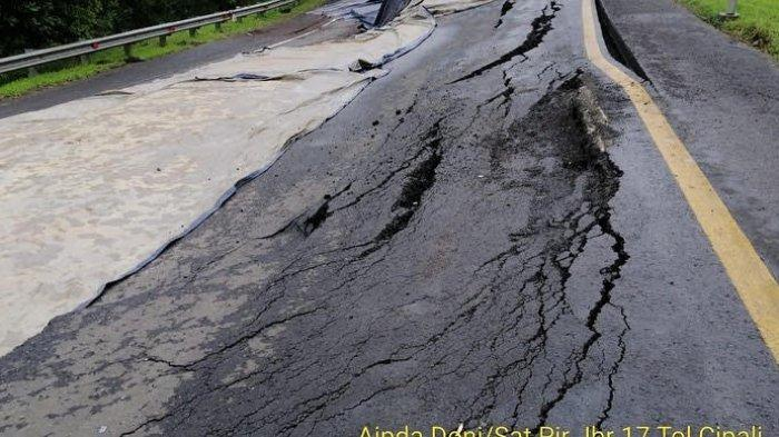 Jalan Tol Cipali Km 122.400 Ambles Sepanjang 30 Meter, Arus Kendaraan dari Arah Cirebon Contra Flow