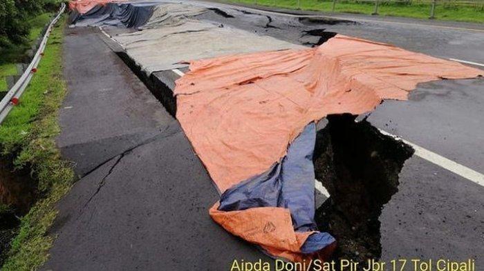 Lubang Menganga di Jalan Tol Cipali yang Ambles Satu Meter, Macet Terjadi Minimal Selama 2 Minggu