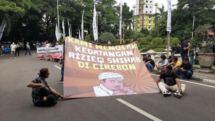 Puluhan orang yang tergabung dalam Aliansi Masyarakat Cirebon Pembela NKRI berunjuk rasa di Kantor Bupati Cirebon, Jalan Sunan Kalijaga, Kecamatan Sumber, Kabupaten Cirebon, Kamis (26/11/2020).