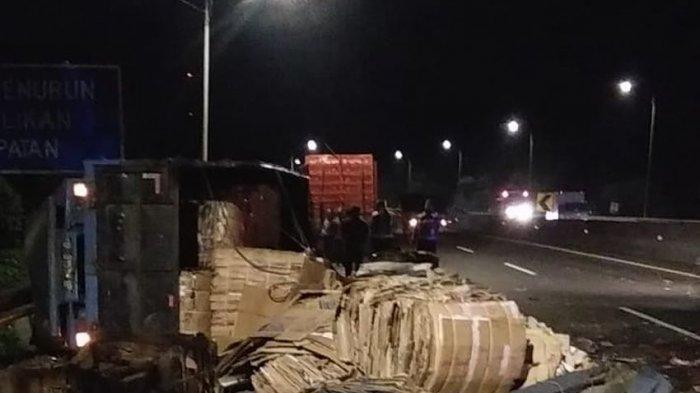 Kecelakaan di Tol Cipularang, Truk versus Truk, Tabrakan Sampai Terbalik, Ayam Berhamburan di Tol