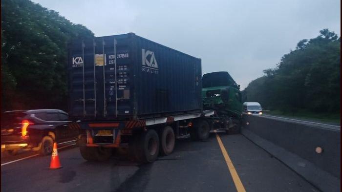 Terkejut Ada yang Menyalip dari Kiri, Truk Kontainer Oleng dan Melintang di Tol Cipularang KM 90