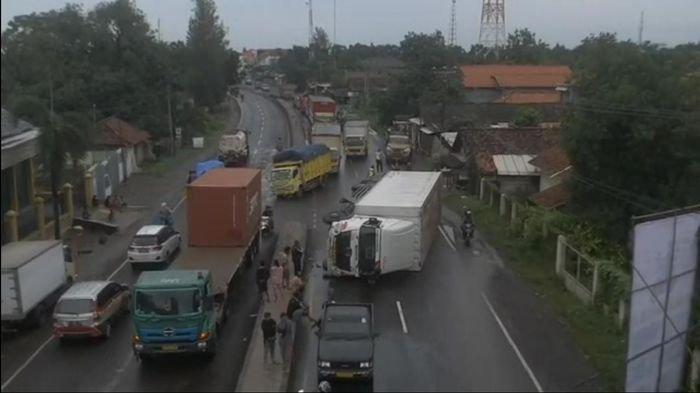 Kecelakaan Truk Kontainer Terguling di Jalur Pantura Indramayu, Sempat Bikin Macet 2 Kilometer