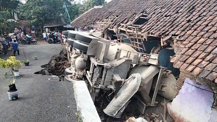 Truk Molen Angkut Cor Beton Terguling Timpa Rumah di Kuningan, Sainin Rasakan Ada Getaran Hebat