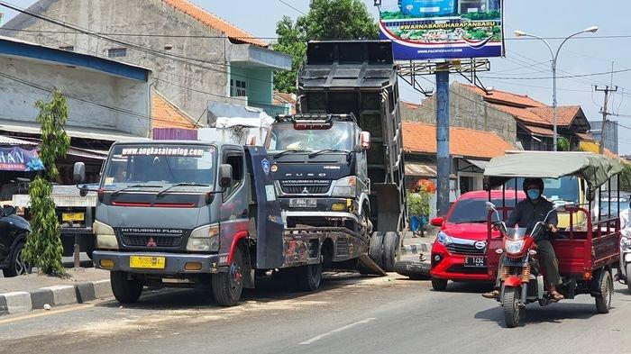 Kronologi Truk Menabrak Median Jalur Pantura Cirebon, Sopir: As Roda Depan Patah