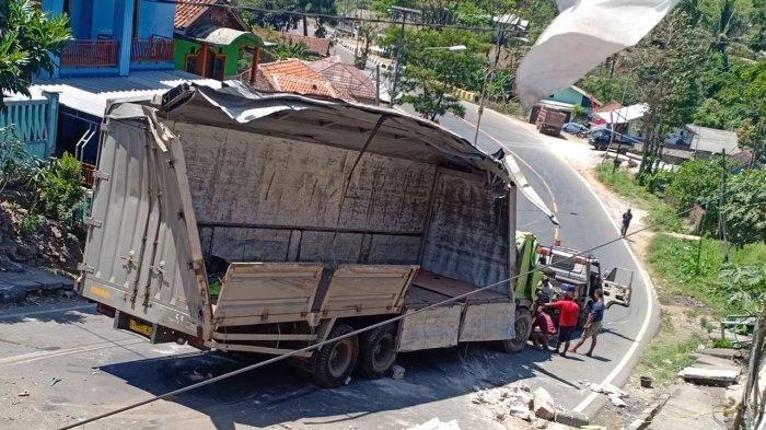 VIDEO - Kecelakaan di Nagreg, Truk Pengangkut Susu Kemasan Rem Blong Tabrak Mobil Boks dan Terguling