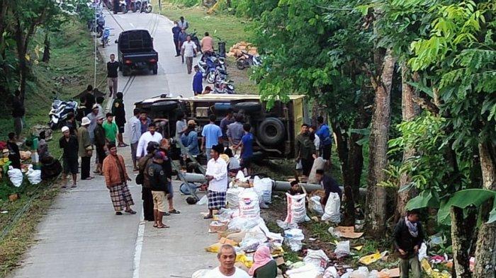 Truk Sembako dari Bandung Terguling di Tanjakan Kadupandak Cianjur, Barang Berceceran di Jalan