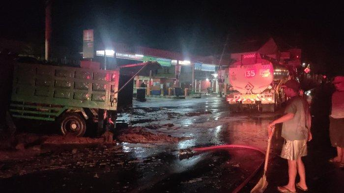 Detik-detik Truk Bermuatan Tanah Senggol Truk Pertamina di Majalengka, Tangki BBM Bocor