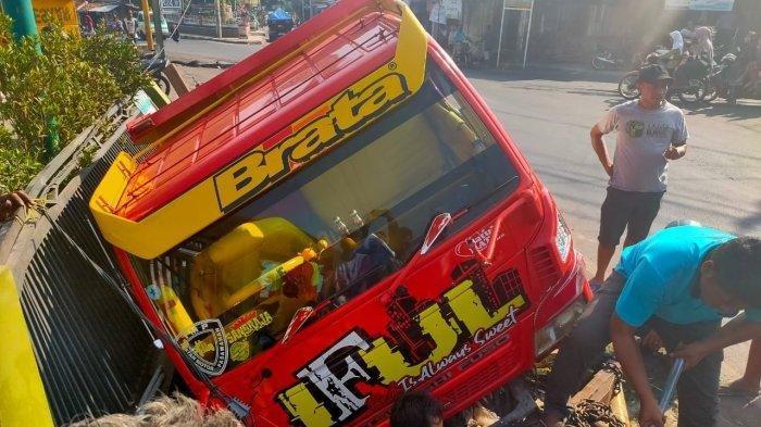 Kecelakaan di Kuningan Truk Fuso Terguling Tabrak Tugu, Tiang Telepon Berserakan di Tengah Jalan