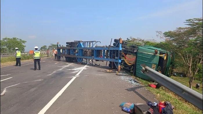 Sebuah kendaraan jenis truk pengangkut tekstil berplat B 9414 MD terguling di ruas Tol Cipali KM 166 wilayah Majalengka, Sabtu (8/5/2021).
