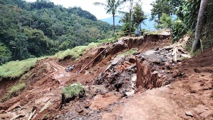 Jalan Ambles Sebabkan Warga Desa Kertayuga Kuningan Terisolir, Mobil Tak Bisa Lalui Akses Jalan