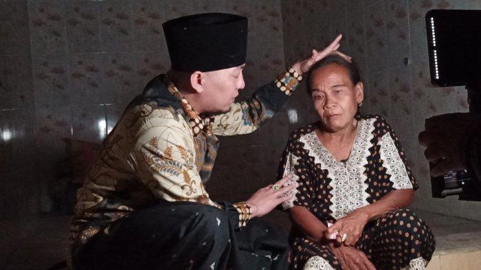 Ustaz Ujang Busthomi Kaget Lihat Langsung Nenti Makan Silet di Indramayu, Ajak Selalu Baca Sholawat