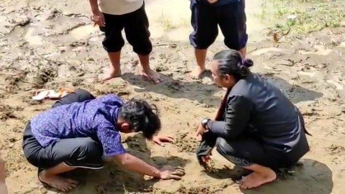 Tangkapan layar video aksi Paranormal saat melakukan ritual permudahan pencarian Jasad Korban tenggelam di Sungai Cisanggarung, Kuningan.