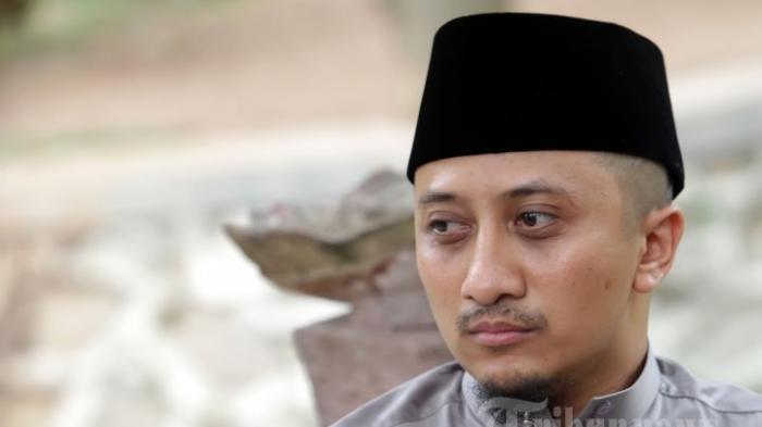 Foto Terbaru Ustaz Yusuf Mansur Dibagikan Sandiaga Uno, Ustaz sedang Salat di Kamar Rumah Sakit