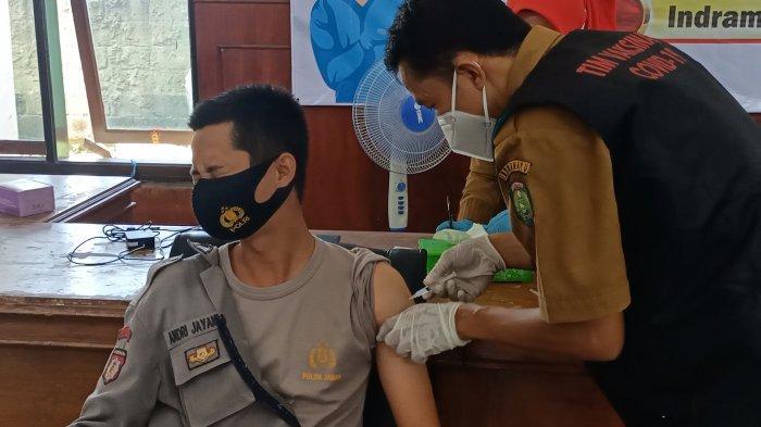 BEGINI Ekspresi Wajah Anggota Polisi di Indramayu Saat Disuntik Vaksin Covid-19, Ada yang Santuy