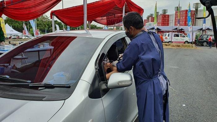 Ratusan Warga Antre Ikuti Vaksinasi Drive Thru di Stadion Watubelah Cirebon, Tak Turun dari Mobil