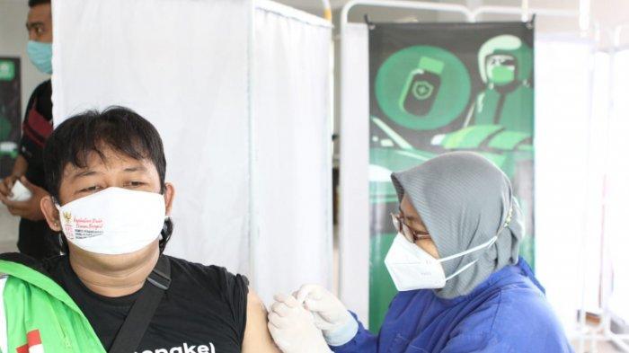 Pemerintah Kabupaten Cirebon Vaksinasi Ratusan Mitra Driver Gojek dan Lansia