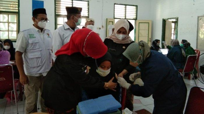 Ratusan Santri Ponpes Khas Kempek Cirebon Divaksin Covid-19, Ditinjau Wabup dan Kadinkes