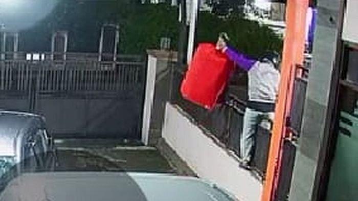 Terekam CCTV, Maling Burung Murai Batu Beraksi di Rumah Direktur RSUD Kuningan, Langsung Viral