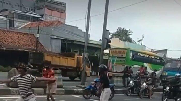 Tangkapan layar anak jalanan berjoget saat mengamen di Traffic Light Widasari di Jalur Pantura Indramayu, Selasa (19/1/2021).