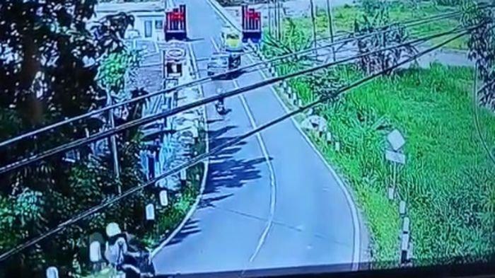 Sebuah video mobil pikap zig-zag lalu menabrak motor dan terjun ke sawah viral dan heboh di media sosial.