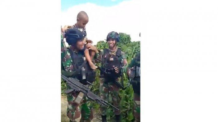 SOSOK Pratu Harbi Prajurit Kostrad TNI yang Gendong Balita Nangis Enggak Mau Pisah, Videonya Viral