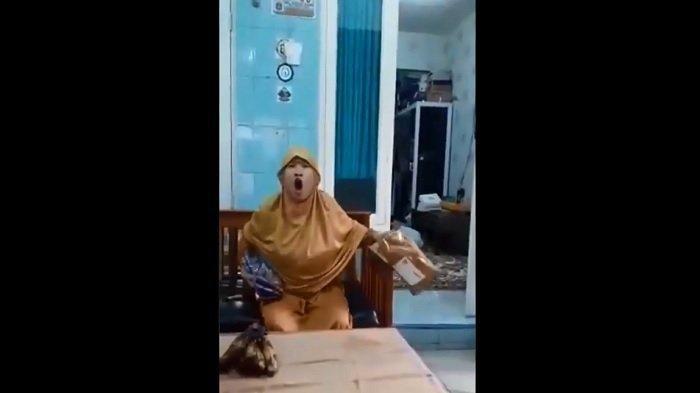 Siapa Sebenarnya Ibu Berbaju Kuning yang Memaki Kurir? Banyak Netizen yang Penasaran, Videonya Viral