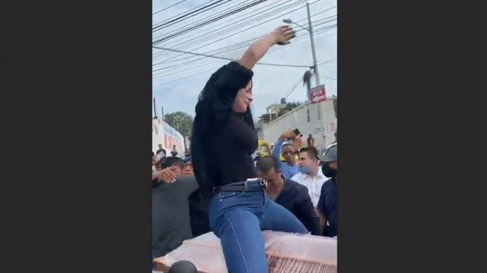 Viral Video Seorang Wanita Asyik Berjoget Tunggangi Peti Mati Kekasihnya Diiringi Lagu Reggae