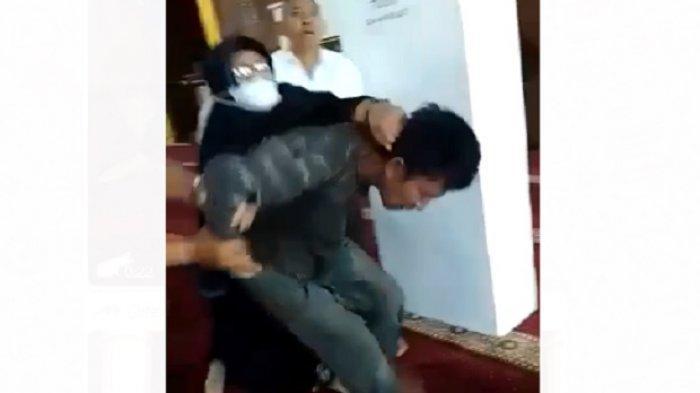 Emak-emak Spontan Pukuli Pelaku Penyerangan Ustaz Abu Syahid Chaniago di Batam, Videonya Viral