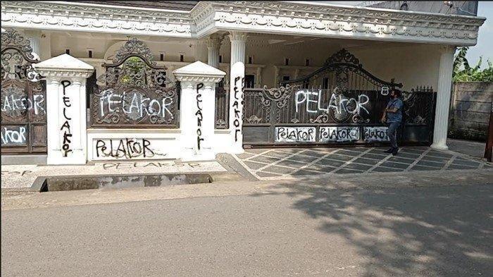 Rumah Mewah di Palembang Viral, Bukan karena Dekorasinya Bagus, tapi karena Penuh Coretan 'Pelakor'