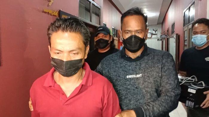 W (45), OB di Puskesmas Sukra saat digelandang polisi di Mapolres Indramayu, Minggu (25/7/2021) malam.