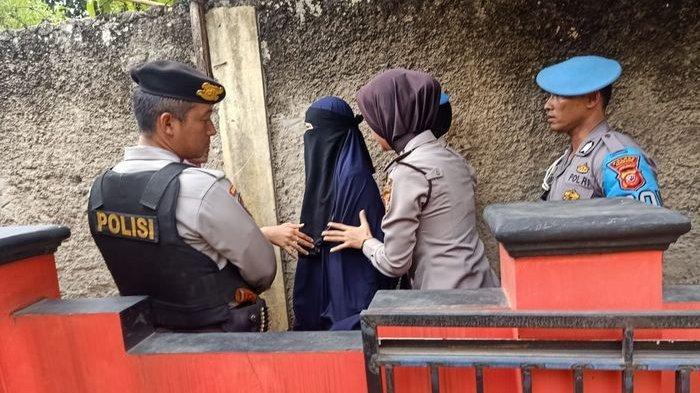 Perempuan Bercadar yang Sempat Diamankan Densus Dipulangkan: Saya Tak Terlibat Teroris