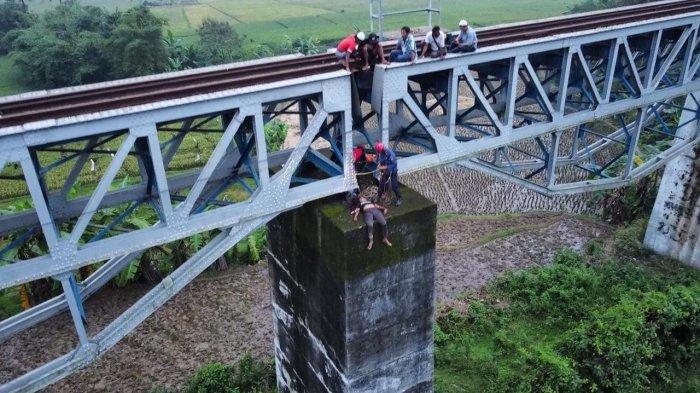 Mayat Wanita Tergeletak di Tembok Jembatan Rel Kereta Api Jatiluhur, Diduga Tewas Tersambar Kereta