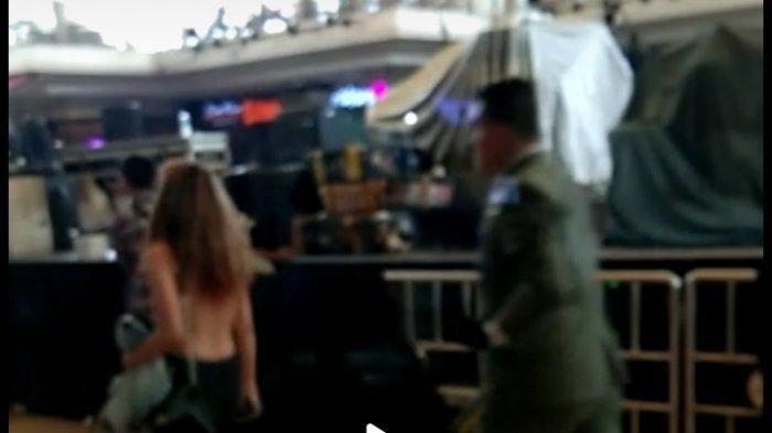 Wanita Berambut Panjang & Pirang Berani Telanjang Dada di Mal, Dibujuk Satpam dan Bisa Dijerat Hukum