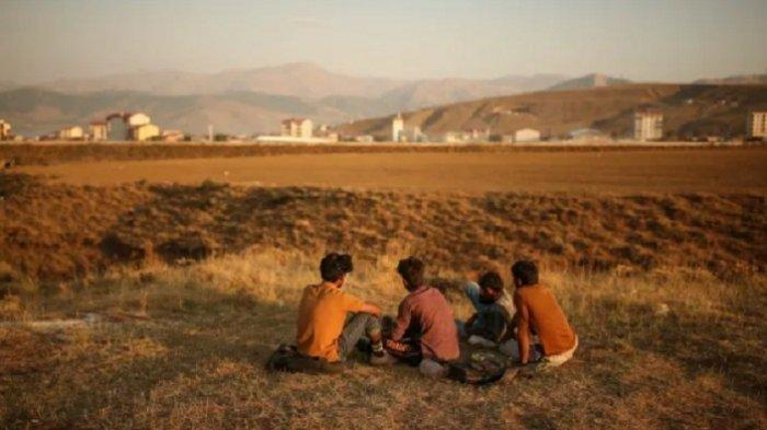 Ratusan Warga Afghanistan Selamatkan Diri Jalan Kaki ke Turki Lewati Kawat Berduri dan Tembok Tinggi