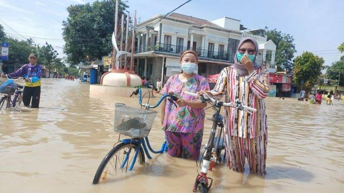 Unik, Warga di Indramayu Berbondong-bondong Datang ke Lokasi Banjir, Jadi Tempat Rekreasi Dadakan