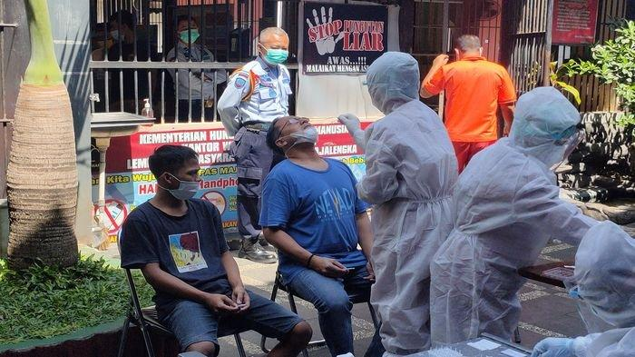Sejumlah warga binaan di Lapas Majalengka menjalani tes swab antigen, Selasa (13/7/2021).
