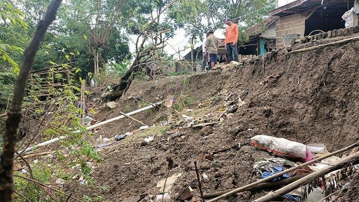 Tanggul Sungai Cimanuk di Blok Desa Indramayu Makin Parah, Warga Dihantui Ketakutan Tiap Turun Hujan