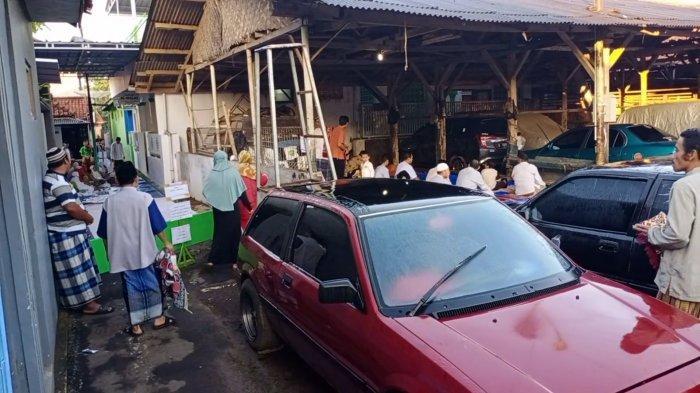 Warga Blok Sawahwaru Kuningan Kota Gelar Sholat Idulfitri di Halaman Bengkel Mobil