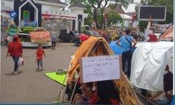 Warga Citaman Tolak Pembebasan Lahan Tol Japek 2, Bikin Tenda di Depan Gerbang Pemkab Karawang