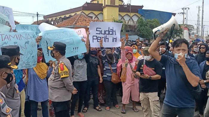 Aksi unjuk rasa warga di depan gerbang utama PT Pertamina RU VI Balongan, Kamis (6/5/2021).