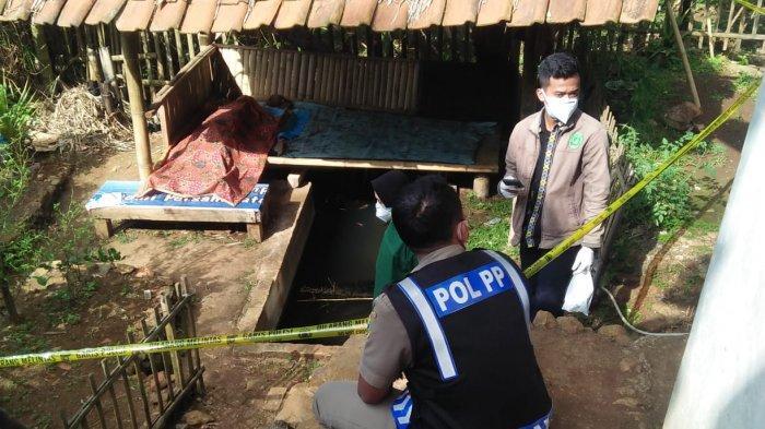 Warga Desa Cikadu, Kecamatan Nusaherang, Kuningan Jawa Barat digegerkan dengan penemuan mayat yang berada di Saung