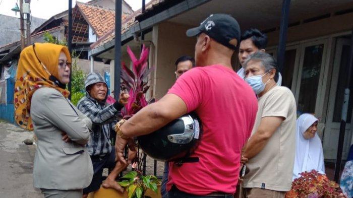 Situasi Warga Geruduk Rumah Pelaku tindak Asusila di Gang Ciasem, Jalan Siliwangi, Kuningan, Jawa Barat