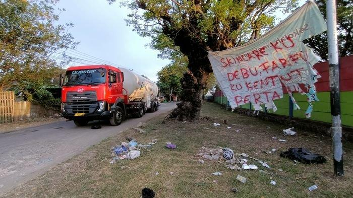 Warga Balongan Indramayu Pasang Spanduk Protes, Keluhkan Jalan Rusak dan Berdebu
