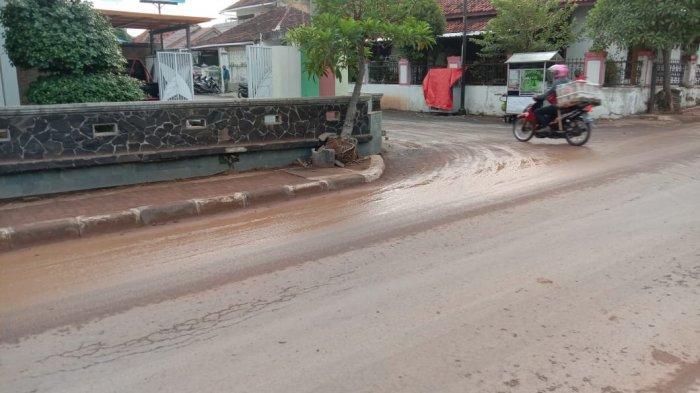 Warga Keluhkan Jalan KH Abdul Halim Majalengka yang Berlumpur dan Berdebu Akibat Tanah Proyek Tumpah