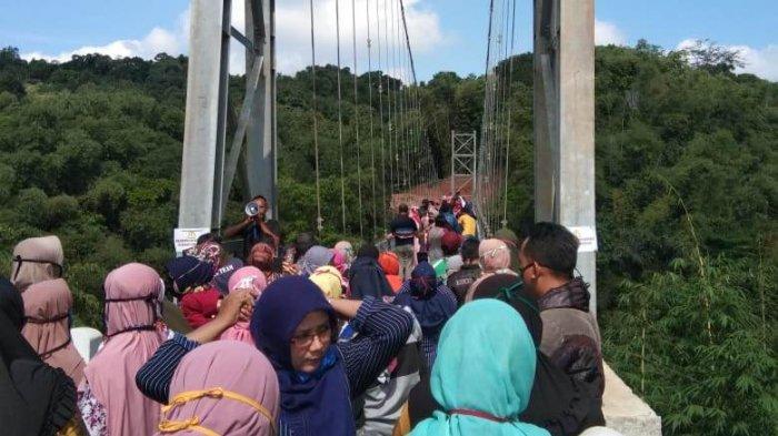 PSBB Kuningan Dilonggarkan, Warga Padati Jembatan Gantung Penghubung Winduhaji - Wangun untuk Selfie