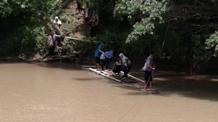 Warga di PelosokCianjur Ini Bertaruh Nyawa Naik Rakit untuk Menyeberang, Jembatan Gantung Putus