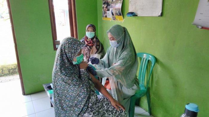 Warga Lanjut Usia di RW 09 Padasuka Disuntik Vaksin Covid-19 Tahap Kedua, Zero Kasus Sejak Awal Mei