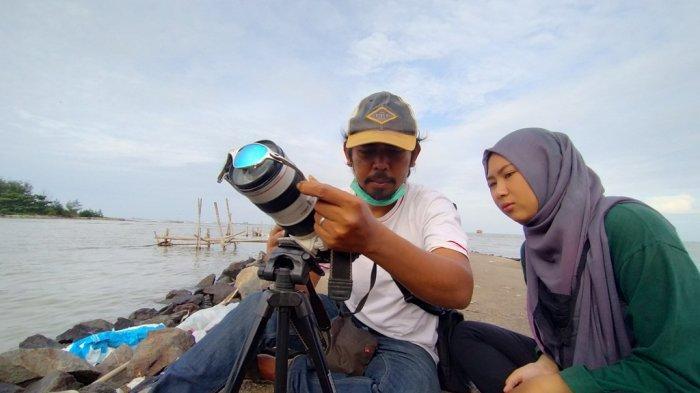 Warga saat melihat gerhana matahari cincin di Pantai Karangsong, Kecamatan/Kabupaten Indramayu, Minggu (21/6/2020).