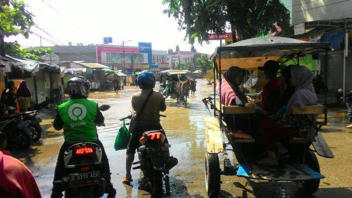 Banjir Sepaha Orang Dewasa di Dayeuhkolot Paksa Pengguna Kendaraan Turun dan Naik Delman