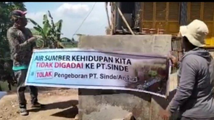 Warga Desa Kalapa Gunung Pasang Spanduk Penolakan Pengeboran Air Bawah Tanah PT Sinde
